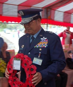 Deputy Minister Lt/Gen. Hsiung lays a wreath on behalf of the ROC Ministry of National Defense.